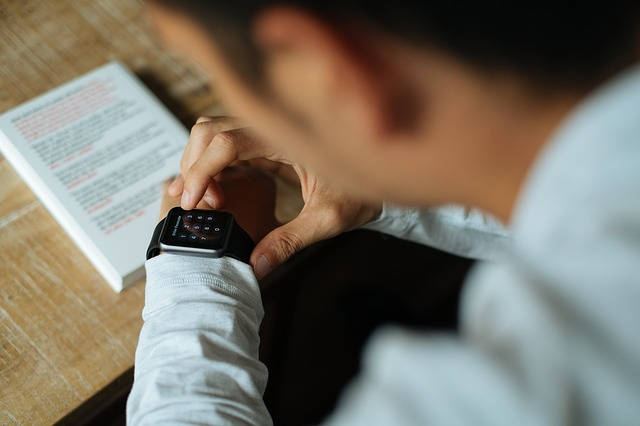 práce s chytrými hodinkami