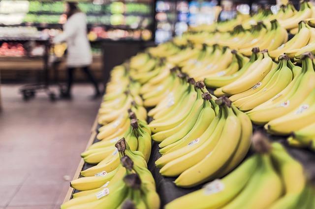 regály s banány