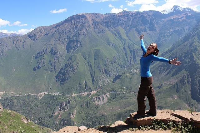 šťastná žena v horách