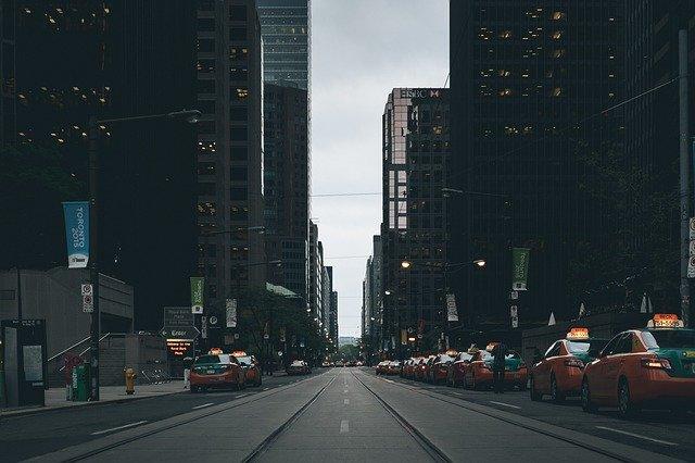 Město s taxíky