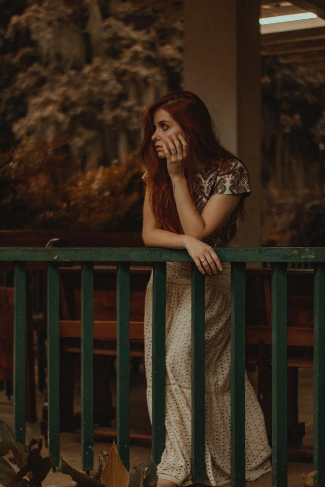 znuděná dívka s červenými vlasy