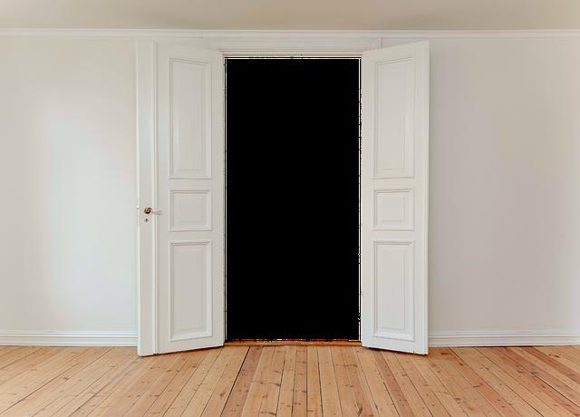 bílé dvoukřídlé dveře