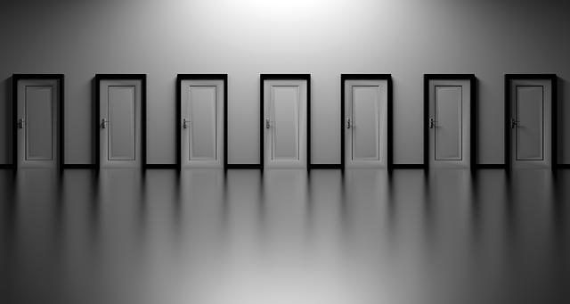 řada bílých dveří