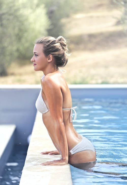 slečna vylézá z bazénu